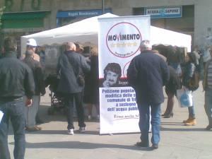 Banchetto aprile 2011Raccolta firme petizione comunale acqua pubblica